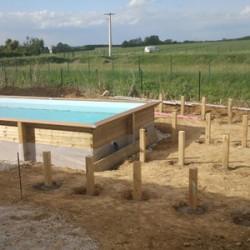 Aménagement de la terrasse d'une piscine hors sol